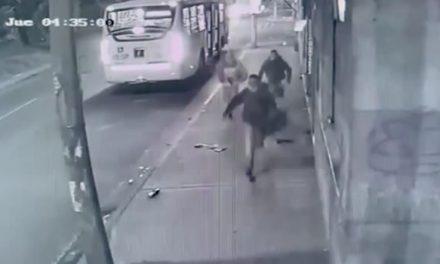 [VIDEO] Tres delincuentes roban pasajeros de bus del SITP en Bogotá, policía los captura