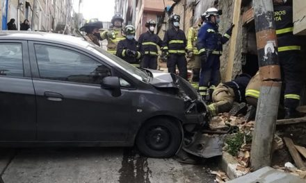 Vehículo particular choca contra una vivienda en Bogotá