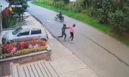 [VIDEO]  Delincuente ataca con puñal a una mujer que paseaba su perro en Bogotá