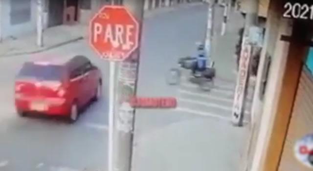 [VIDEO]  Vehículo violó señal de pare en calle de Bogotá y chocó a motociclista, está viva de milagro