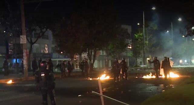 Vándalos intentan prender fuego a policías que estaban dentro de un CAI en Bogotá