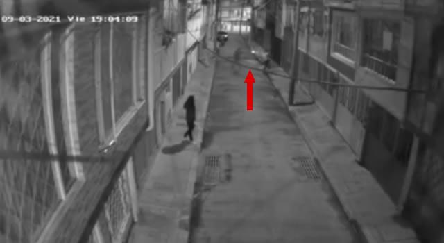 [VIDEO] Delincuente le dispara a un joven en el cuello por robarle el celular en Bogotá