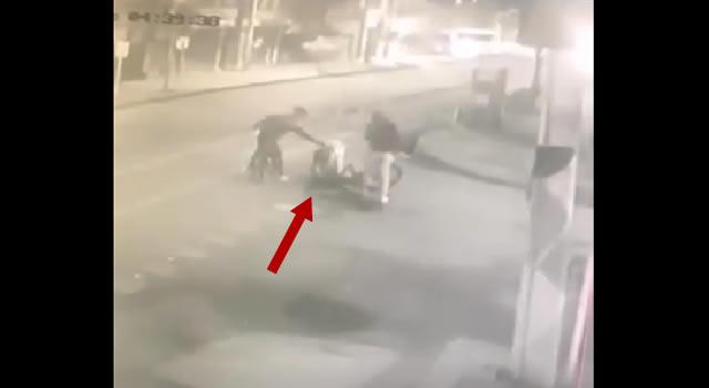 [VIDEO] Delincuente dispara  a joven que había sido lanzado al piso para robarle la bicicleta en Soacha