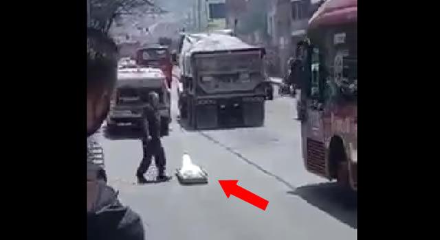 [VIDEO] Cadáver cae de un carro del CTI en vía pública de Bogotá