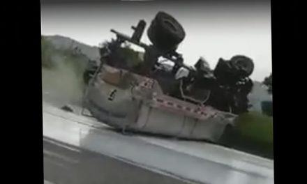 Carrotanque se volcó en Granada Cundinamarca, cabina se desprendió y quedó en un caño