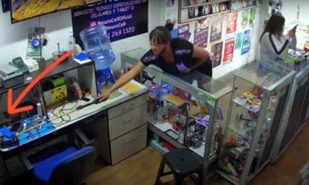 [VIDEO] Miren cómo dos ladronas se roban un celular de un negocio en Bogotá