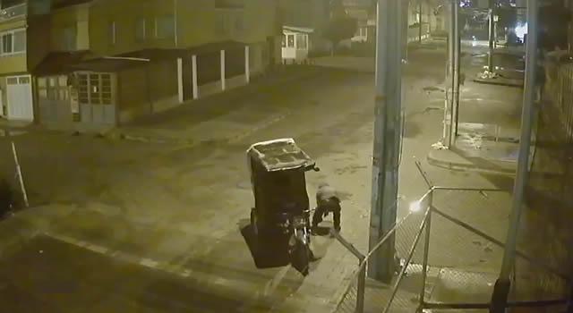 [VIDEO]  'Pillan' a bicictaxista robando tapas de alcantarilla en Soacha