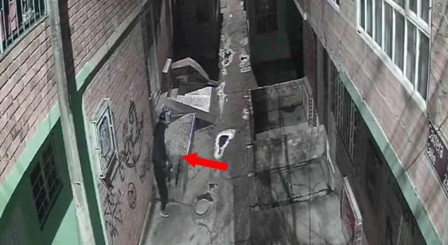 [VIDEO] En cámara quedó hombre robando tapas de contadores de agua en Soacha